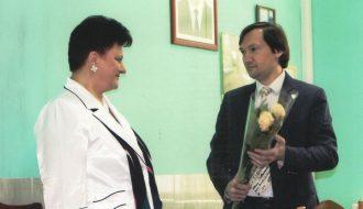 Розалию Карпеш поздравляет главный редактор областной газеты «Заря» Александр Александрович Логвинович.