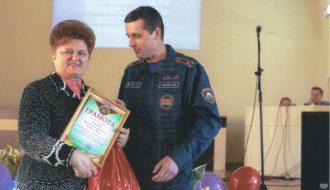 Полковник Лашко Олег Иванович, начальник управления МЧС Брестской области, вручает Розалии Карпеш награду за победу в областном конкурсе.