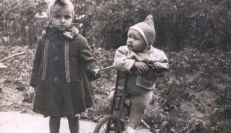 Роза (слева) с дочерью местного фотографа Ларисой.