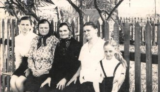 Роза, её мама, бабушка, тётя и двоюродная сестра Люда (слева направо).