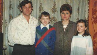 Розалия Станиславовна со своей семьёй: муж Пётр Степанович, сын Виктор и дочь Лилия.