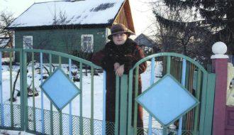 Розалия Карпеш возле родительского дома в агрогородке Сигневичи.