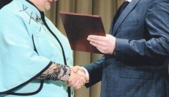 Председатель Брестского областного Совета депутатов Ю.И. Наркевич вручает Р.С. Карпеш грамоту губернатора.